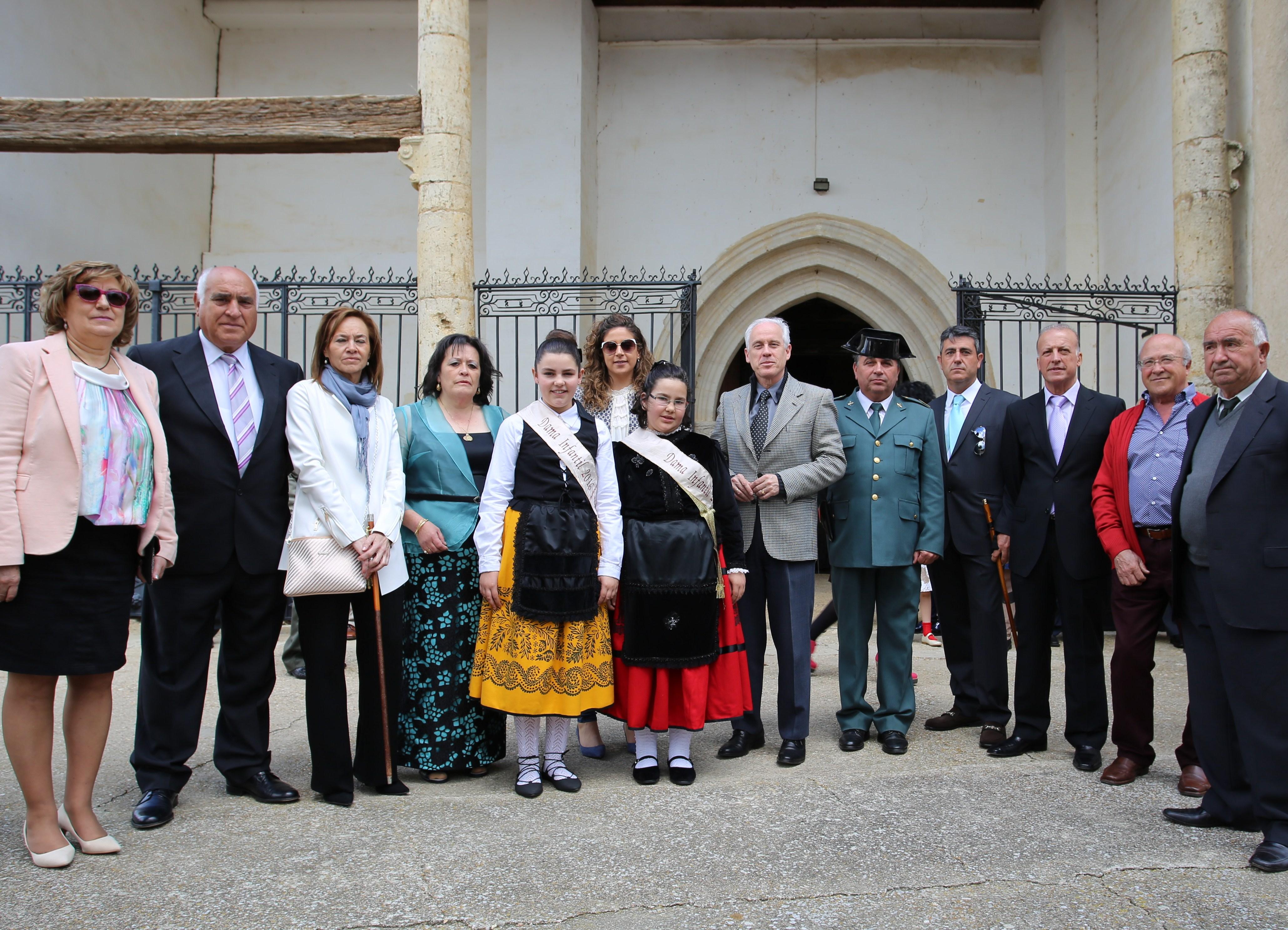 Inmacilada Rojo ,alcaldesa de Villlaumrales ,acompañada de las Damas infantiles y diversas autoridades que acudieron a la fiesta de San Gregorio